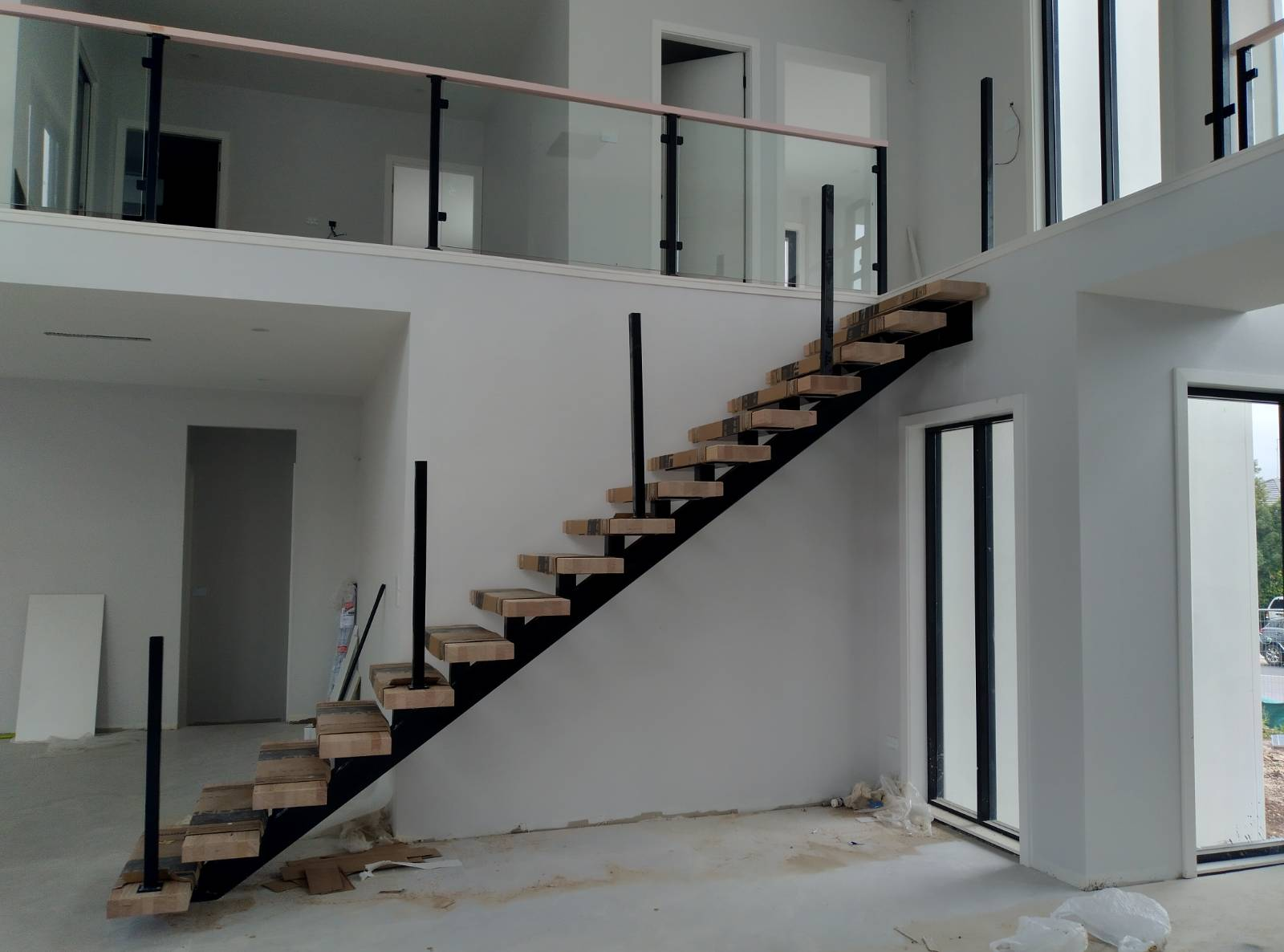How many stairs without balustrade? Requirement for OC